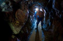 горнорабочая золота проходя плотный тоннель Стоковое фото RF