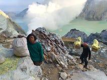 Горнорабочие в кратере Ijen, Индонезии стоковое изображение
