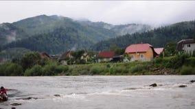 Горно-скоростная река после дождя. Прекрасный горный пейзаж с речным Ð¿Ð сток-видео
