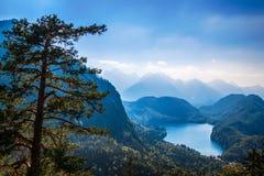 Горные вершины долины Alpsee баварские, Fussen, Германия Стоковые Фото