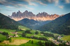 Горные вершины доломитов, гора - di Funes Val Стоковые Изображения RF