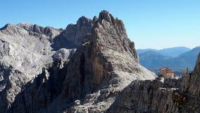 Горные пики в доломитах Альп Природа Италии Шале Pedrotti видеоматериал