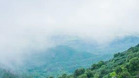 Горные пики заволакивания тумана Глобальное потепление, изменение климата Прогноз погоды акции видеоматериалы