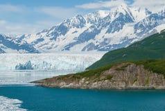 Горные пики на заливе ледника Аляске Стоковая Фотография