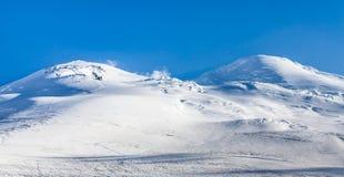 Горные пики Snowy Взгляд Mount Elbrus от севера, Cauca Стоковые Изображения
