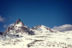 Горные пики Snowy Стоковая Фотография