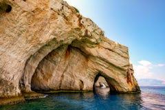 Горные породы береговой линии океана на голубых пещерах, острове Закинфа, Греции Стоковые Изображения