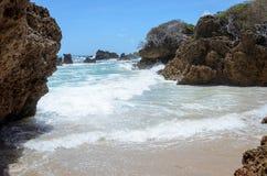Горные породы выветренные силой морской воды Текстурированные утесы с ударом волн в Coqueirinho приставают к берегу, Joao Pessoa, Стоковое Изображение