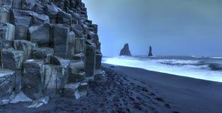 Горные породы Reynisdrangar на пляже Reynisfjara стоковые изображения rf