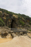 Горные породы Yehliu и мост Стоковые Изображения RF