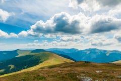 Горные цепи ландшафта в красивой погоде Стоковая Фотография RF