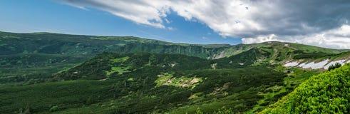 Горные цепи, панорама лета стоковое изображение