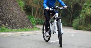 Горный велосипед велосипедиста женщин задействуя на следе леса Стоковое Изображение