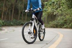 Горный велосипед велосипедиста женщин задействуя на следе леса Стоковые Фото