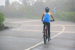 Горный велосипед велосипедиста женщин задействуя на следе леса Стоковое Фото