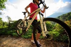 Горный велосипед нося велосипедиста взбираясь на следе леса лета Стоковые Фото
