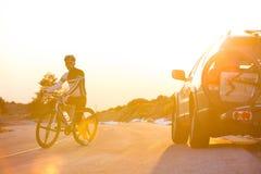 Горный велосипед катания человека велосипедиста на заходе солнца Стоковые Фотографии RF