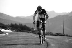 Горный велосипед катания человека велосипедиста Стоковые Изображения