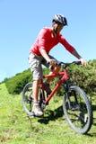 Горный велосипед катания человека на горячий летний день Стоковая Фотография RF