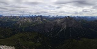 Горный вид в горных вершинах с облачным небом стоковые фото