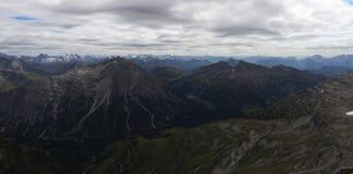 Горный вид в горных вершинах с облачным небом стоковая фотография