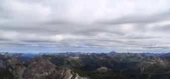 Горный вид в горных вершинах с облачным небом стоковые фотографии rf