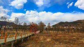 Горный вид около деревянного моста на курортах Lianhuahu привлекательных Стоковое фото RF