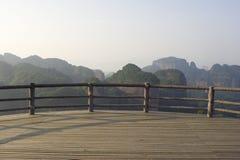горный вид палубы деревянный Стоковая Фотография RF