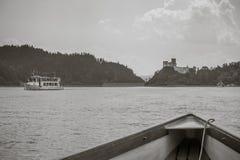 Горный вид, панорама горы, река горы, отключение к горам, замок в Niedzica i Czorsztyn, взгляд замка, Стоковое фото RF