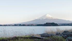 Горный вид Фудзи от озера Kawaguchi, Японии Стоковые Фото