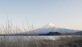 Горный вид Фудзи от озера Kawaguchi, Японии Стоковые Изображения RF