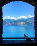 Горный вид через открытое окно стоковое фото