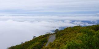 Горный вид над облаком стоковые фото