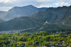 Горный вид stupa Leh и Shanti Стоковое фото RF
