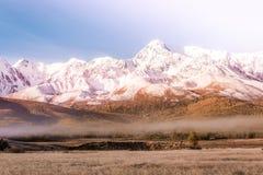 Горный пик, день снежного пика солнечный Ландшафт на горной цепи в пастельных цветах стоковое фото rf