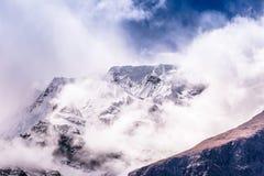 Горный пик между облаками Стоковое Фото