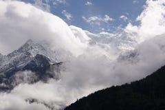 Горный пик между облаками Стоковое Изображение
