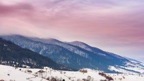 Горный пик с дуновением снега ветром зима температуры России ландшафта 33c января ural Холодный день, с снегом акции видеоматериалы
