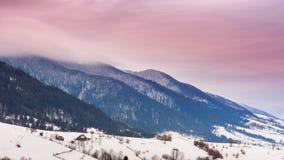 Горный пик с дуновением снега ветром зима температуры России ландшафта 33c января ural Холодный день, с снегом сток-видео