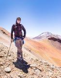 Горный пик туристского backpacker авантюриста человека стоящий, Боливия Стоковые Фотографии RF