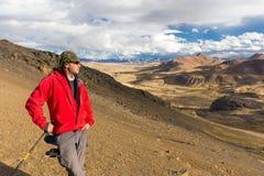 Горный пик туристского backpacker авантюриста человека стоящий, Перу Стоковое Изображение RF