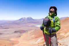 Горный пик туристского backpacker авантюриста человека стоящий, Bolivi Стоковое фото RF