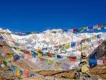 Горный пик Annapurna i на предпосылке молитвы сигнализирует Стоковая Фотография RF