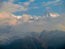 Горный пик Annapurna II среди облаков, Гималаев, Непала Стоковое Изображение