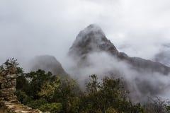 Горный пик Huayna Picchu от окраин города Стоковые Изображения