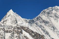 Горный пик Snowy - красота природы Стоковые Изображения RF
