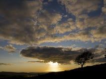 горный склон около вала захода солнца Стоковая Фотография