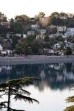 горный склон расквартировывает озеро ближайше Стоковые Фотографии RF