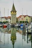 Городище башни Mangturm отразило в воде стоковая фотография