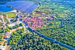 Городок вида с воздуха полей залива и соли Ston, полуострова Peljesac стоковая фотография